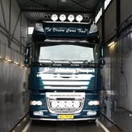 Vrachtwagen van Achterberg Transport in de wasstraat van A30 Trucks