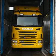 Vrachtwagen van ACV in de wasstraat van A30 Trucks