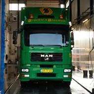 Vrachtwagen van Broekies Bloemen in de wasstraat van A30 Trucks