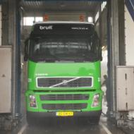Vrachtwagen van Bruil in de wasstraat van A30 Trucks