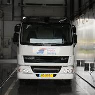 Vrachtwagen van De Witte Boerderij in de wasstraat van A30 Trucks