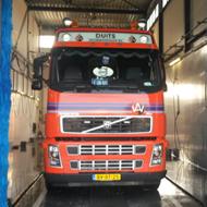 Vrachtwagen van Duits Bouwmaterialen in de wasstraat van A30 Trucks