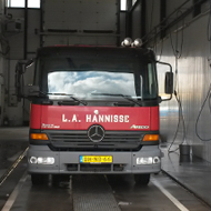 Vrachtwagen van Hanisse in de wasstraat van A30 Trucks