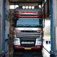 Vrachtwagen van Juba Transport in de wasstraat van A30 Trucks