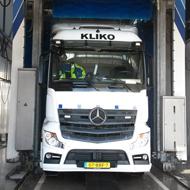 Vrachtwagen van Kliko in de wasstraat van A30 Trucks