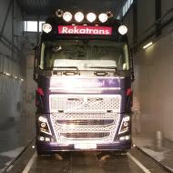 Vrachtwagen van Rekatrans in de wasstraat van A30 Trucks