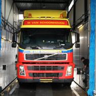 Vrachtwagen van Van Schoonhoven in de wasstraat van A30 Trucks