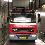 Vrachtwagen van Van Voskuilen in de wasstraat van A30 Trucks