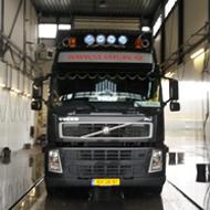 Vrachtwagen van Vlastuin in de wasstraat van A30 Trucks
