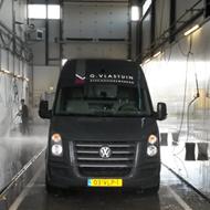 Bestelwagen van Vlastuin Stucadoorswerken in de wasstraat van A30 Trucks