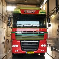 Vrachtwagen van Busser Logistiek in de wasstraat van A30 Trucks