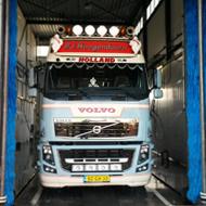 Vrachtwagen van Hoogendoorn in de wasstraat van A30 Trucks