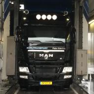 Vrachtwagen van Sneltransport Pater Ede in de wasstraat van A30 Trucks