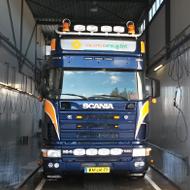 Vrachtwagen van Vreugdenhil in de wasstraat van A30 Trucks