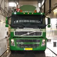 Vrachtwagen van De Valk Wekerom in de wasstraat van A30 Trucks