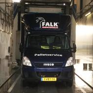 Bestelwagen van Falk Bouwsystemen in de wasstraat van A30 Trucks