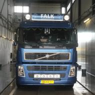 Vrachtwagen van Falk Bouwsystemen in de wasstraat van A30 Trucks
