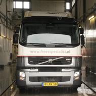 Vrachtwagen van Freesspecialist in de wasstraat van A30 Trucks