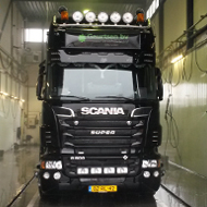 Vrachtwagen van Geurtsen in de wasstraat van A30 Trucks