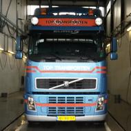 Vrachtwagen van Top Transporten in de wasstraat van A30 Trucks