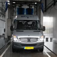Bestelwagen van Wikro in de wasstraat van A30 Trucks