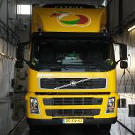 Vrachtwagen van Ravenswaaij in de wasstraat van A30 Trucks