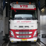 Vrachtwagen van VTB Transport in de wasstraat van A30 Trucks