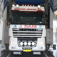 Vrachtwagen van Rijschool Dam in de wasstraat van A30 Trucks