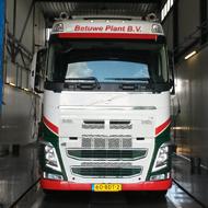 Vrachtwagen van Betuwe Plant in de wasstraat van A30 Trucks