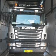 Vrachtwagen van Hokra Wekerom in de wasstraat van A30 Trucks