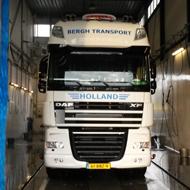 Vrachtwagen van Bergh Transport in de wasstraat van A30 Trucks