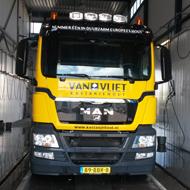 Vrachtwagen van Van Vliet Kastanjehout in de wasstraat van A30 Trucks