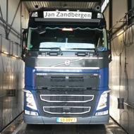 Vrachtwagen van Jan Zanbergen in de wasstraat van A30 Trucks
