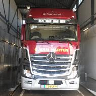 Vrachtwagen van Van Harten in de wasstraat van A30 Trucks