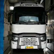 Vrachtwagen van G. de Greef in de wasstraat van A30 Trucks