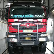 Vrachtwagen van JB Trading in de wasstraat van A30 Trucks