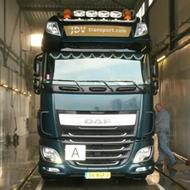 Vrachtwagen van JDV Transport in de wasstraat van A30 Trucks