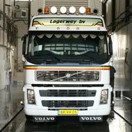 Vrachtwagen van Lagerwey in de wasstraat van A30 Trucks