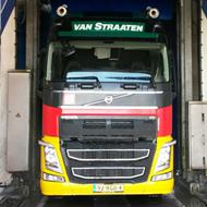 Vrachtwagen van Van Straaten in de wasstraat van A30 Trucks